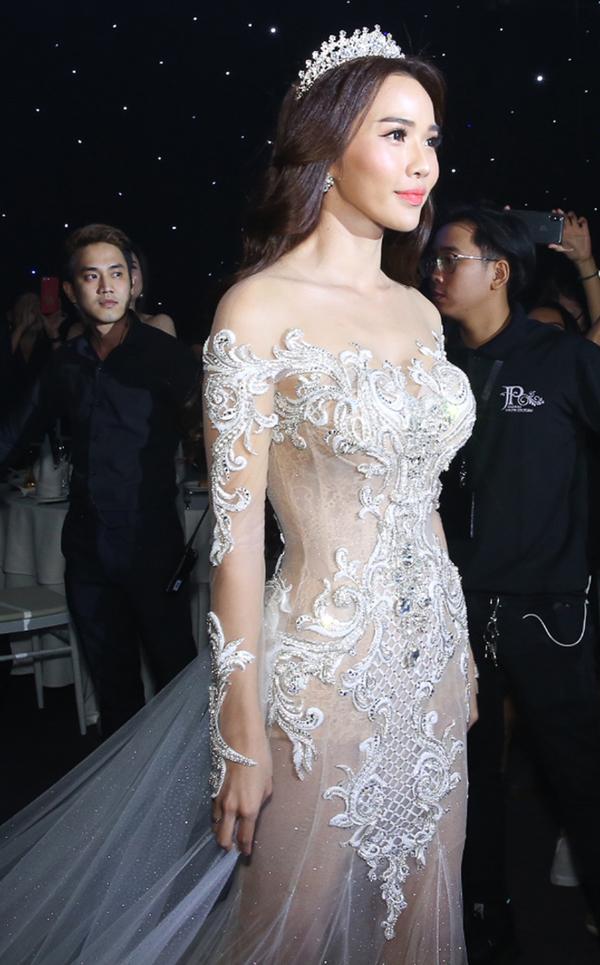 Ba bộ váy cưới giá 500 triệu đồng của vợ Ưng Hoàng Phúc