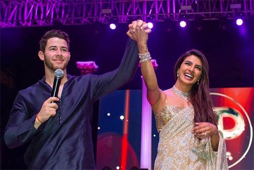 Nick Jonas và Priyanka Chopra trong lễ Sangeet trước ngày cưới.