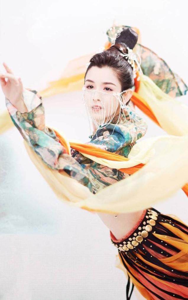 Cô gái Tân Cương được ví như tiên nữ trong tranh
