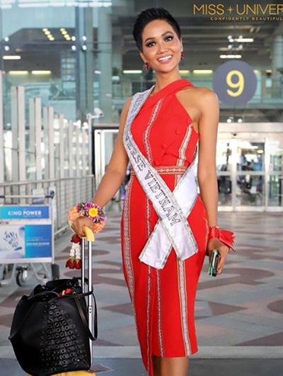 Trong buổi gặp gỡ báo chí, truyền thông Thái Lan, cô chọn HHen chia sẻ trang phục được làm từ chất vải thổ cẩm của người Ê Đê quê hương cô, do nhà thiết kế Linh San thực hiện.