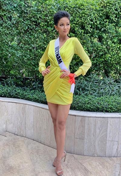 Ở một hoạt động khác, cô diện váy quấn vàng chanh.