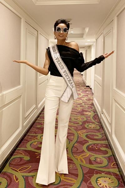 Trong ngày thứ hai, khi tham gia các hoạt động giao lưu cùng thí sinh, HHen Niê diện bộ trang phục trắng đen, kết hợp mắt kính của Dolce & Gabbana.