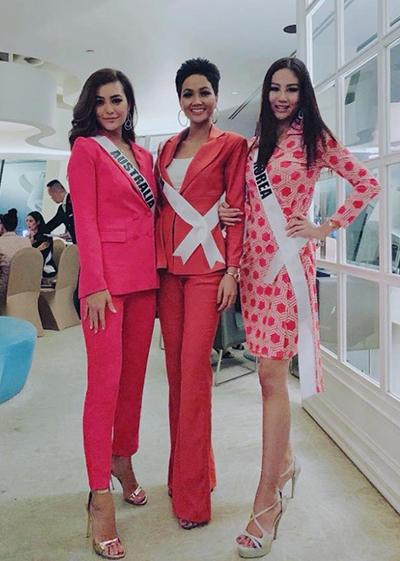 HHen Niê chọn suit đỏ hồng tạo dáng bên các hoa hậu.