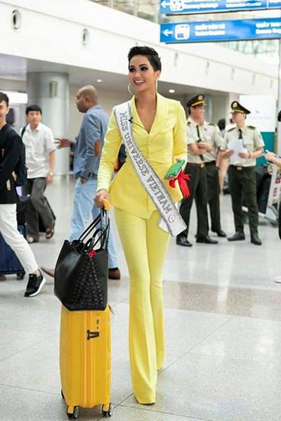Người đẹp chọn suit vàng khi lên đường sang nước bạn tham dự cuộc thi.