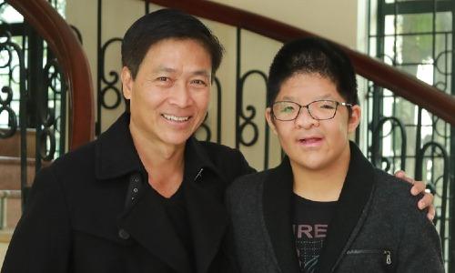 Diễn viên Quốc Tuấn và con trai. Bôm tên thật là Nguyễn Anh Tuấn. Cậu bé mắc hội chứng xương cứng sớm cục bộ (Apert), phải trải qua nhiều cuộc phẫu thuật từ nhỏ.