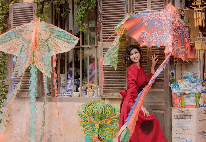 Nguyễn Hồng Nhung hóa quý cô cổ điển