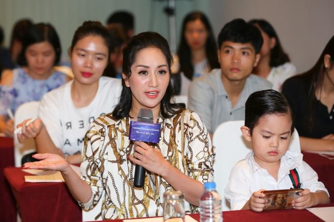 Con trai Khánh Thi theo mẹ họp báo 'Ngôi sao của năm'