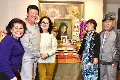Vợ chồng Bảo Quốc (thứ hai và ba từ trái qua) cùng các nghệ sĩ trong đám giỗ Thanh Nga ở Mỹ.