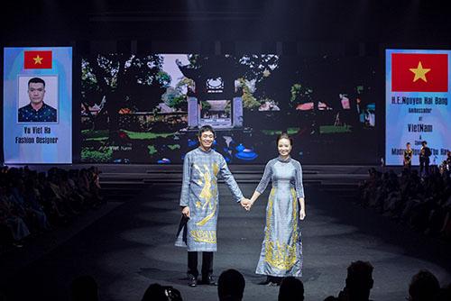 Hai đại sứ Việt Nam tại Thái Lan trình diễn áo dài lụa thêu công phu.