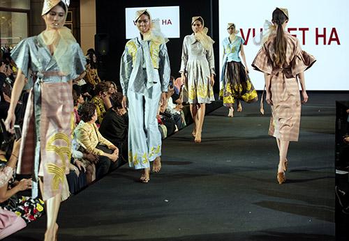 Hôm 3/12, Vũ Việt Hà ra mắt bộ sưu tập tại Thailand Fashion Week. Anh là đại diện Việt Nam duy nhất được mời tham dự chương trình.