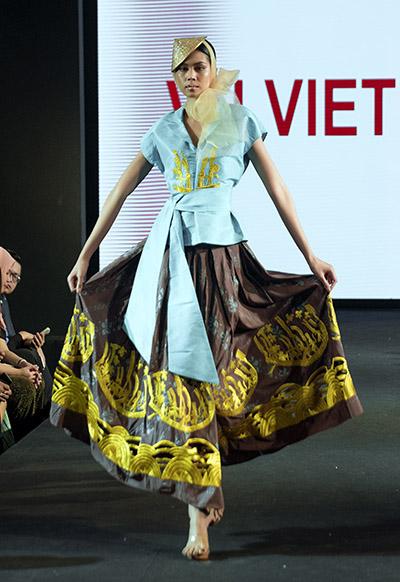 Các trang phục đều được làm từ chất liệu lụa Thái Lan. Tơ tằm của quốc gia này  có họa tiết vải chủ yếu là hình kỷ hà và chạy ngang, có sự tương đồng với họa tiết trên trống đồng Đông Sơn nên tôi đã kết hợp chúng vào bộ suu tập này, Vũ Việt Hà nói.