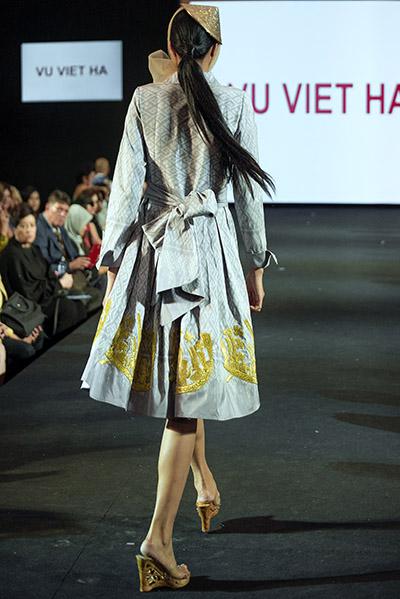 Ngoài trang phục, Vũ Việt Hà lăng xê guốc mộc cách tân được chạm trổ ở phần gót, phần quai xử lý bằng chất liệu nhựa dẻo trong suốt.