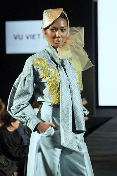 Hình ảnh này được nhà thiết kế đưa lên trang phục bằng kỹ thuật thêu truyền thống và dát vàng. Vũ Việt Hà chọn vàng vì đây là sắc màu, đồng thời là chất liệu quen thuộc trong văn hóa của Thái Lan.