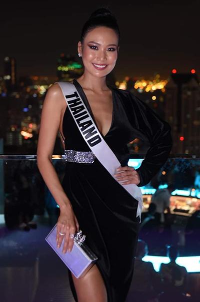 Người đẹp đến từ Thái Lan diện váy nhung một mất một còn.