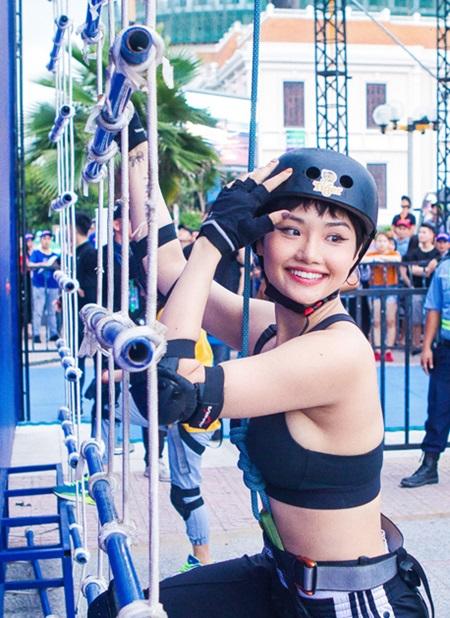 Nữ diễn viên, ca sĩ Miu Lê bộc lộ nền tảng thể lực tốt và thân hình quyến rũ khi lần lượt vượt qua các thử thách thể thao tại sự kiện ở Đà Nẵng.