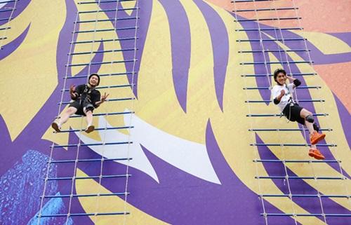 Chủ nhân của hit Người lạ ơi - Châu Đăng Khoa và Karik - thu hút sự chú ý bởi màn rượt đuổi, tự tin thả mình từ độ cao 30m trong sự kiện ở Buôn Ma Thuột.