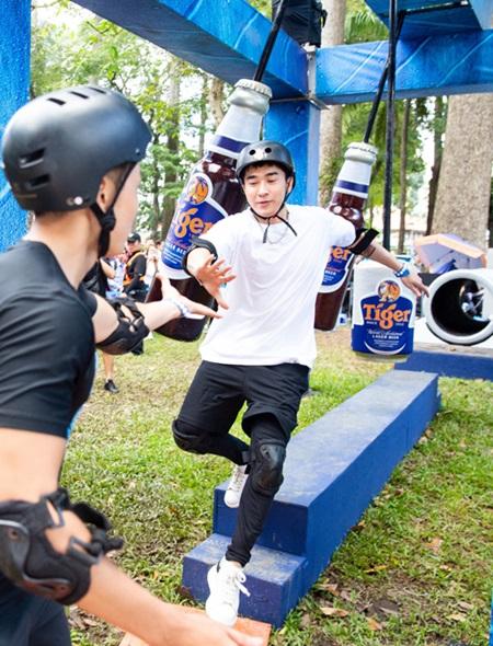 Chi Dân cũng là fan của các môn thể thao đòi hỏi thể lực và sự kiên trì. Anh vượt qua tất cả thử thách của sự kiện ở Quy Nhơn và trốn fan đăng ký tham gia sự kiện tại TP HCM.