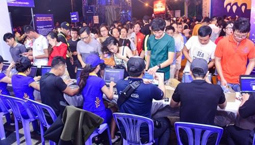 Cuối tuần qua, giới trẻ Vũng Tàu có dịp chinh phục thử thách tại Quảng trường Cột cờ - địa điểm cuối cùng khép lại chuỗi hành trình của Bức tường Tiger 2018. Hàng nghìn ngườikiên nhẫn xếp hàng đăng ký trò chơi.