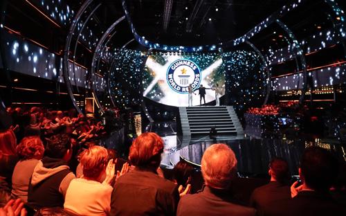 Khán giả theo dõi màn trình diễn và xác lập kỷ lục của anh em nghệ sĩ xiếc Quốc Cơ - Quốc Nghiệp. Ảnh: Việt Khoa.