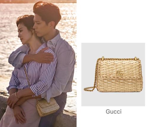 Cô sử dụng túi của nhiều thương hiệu xa xỉ, đa dạng kiểu dáng, trong đó có mẫu thuộc bộ sưu tập Thu Đông 2018 của Gucci. Chiếc túi có giá trên 2.400 USD (hơn 55 triệu đồng).