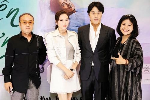 Từ phải qua: nhà sản xuất - đạo diễn Nguyễn Hoàng Hạnh Nhân, Han Jae Suk, Lý Nhã Kỳ, đạo diễn Hàn Quốc Park Hee Jun.