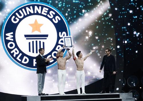 Quốc Cơ - Quốc Nghiệp nhận bằng xác lậpKỷ lụcGuinness Thế giới tại sân khấu.