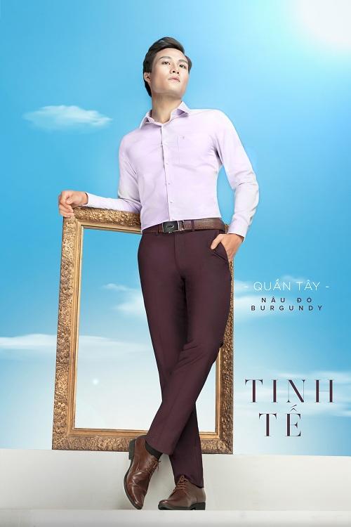 Bởi Việt Tiến cho rằng, một người đàn ông năng động sống cùng đam mê là người chọn làm nhữngđiềukhônggiới hạnnhất là vớitrang phục, món đồkhông chỉ thể đơn thuần hợp nơi công sở.