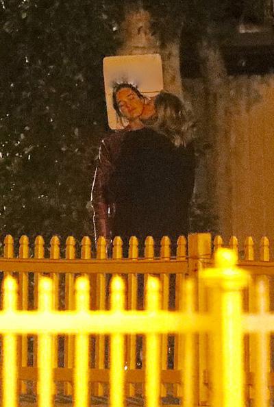 Diễn viên 21 tuổi và người mẫu 27 tuổi dừng lại bên đường và dành cho nhau nụ hôn. Họ đứng với nhau bên hàng rào gần 30 phút. Theo TMZ, cả hai thuê nhà gần địa điểm ăn tối.