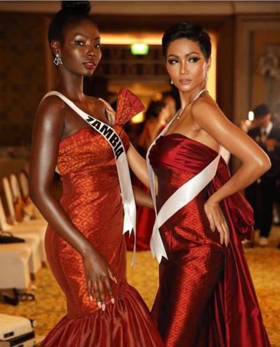 Đêm thời trang nằm trong khuôn khổ tiệc chào mừng ở Miss Universe 2018. Các người đẹp diện đầm catwalk,