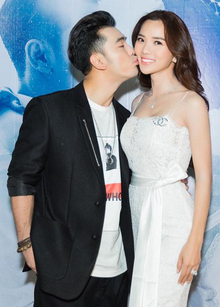 Ưng Hoàng Phúc thể hiện tình cảm với vợ trong buổi ra mắt MV mới.