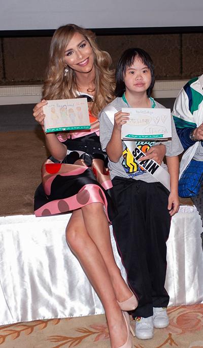 Đầm kiểu công sở họa tiết chấm bi kín đáo mang màu sắc tươi vuiphù hợp với hoạt động vẽ tranh cùng các em nhỏ.