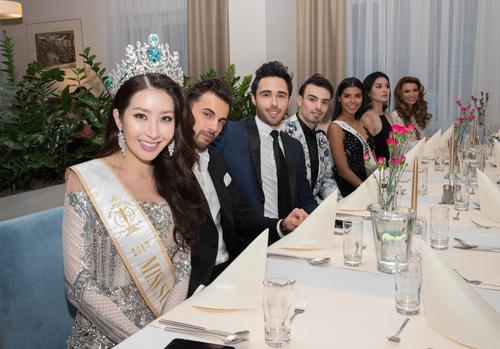 Hoa hậu Siêu quốc gia 2017, Jenny Kim (trái), cũng tham dự buổi tiệc cùng thí sinh và ban giám khảo.