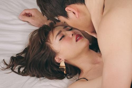 Cảnh nóng của Lan Ngọc và Lê Xuân Tiền trong phim.