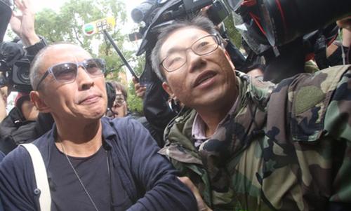 Nữu Thừa Trạch (trái)trong vòng vây truyền thông Đài Loan khi xuất hiện sáng 7/12.