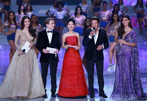 Các MC trên sân khấu, trong đó có Miss World 2016 Stephanie del Valle (phải) và Miss World 2013 - Megan Young (trái).