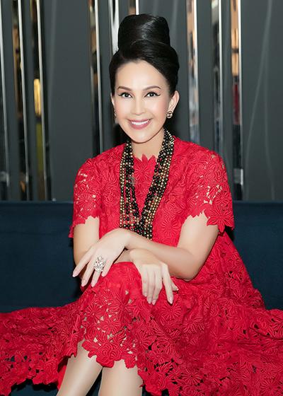 Nữ hoàng ảnh lịch Diễm My diện đầm ren của Đỗ Mạnh Cường.