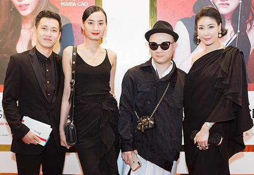 Hoa hậu Hà Kiều Anh (phải), nhà thiết kế Đỗ Mạnh Cường (thứ hai, phải) cùng vợ chồng Lê Thúy - Đỗ An đều chọn trang phục đen tới sự kiện.