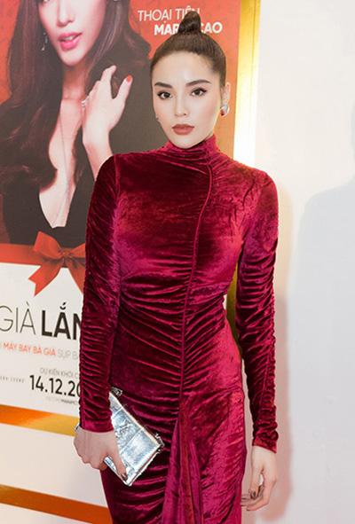 Hoa hậu Kỳ Duyên lăng xê mốt váy nhung gây sốt từ mùa Thu Đông 2017.