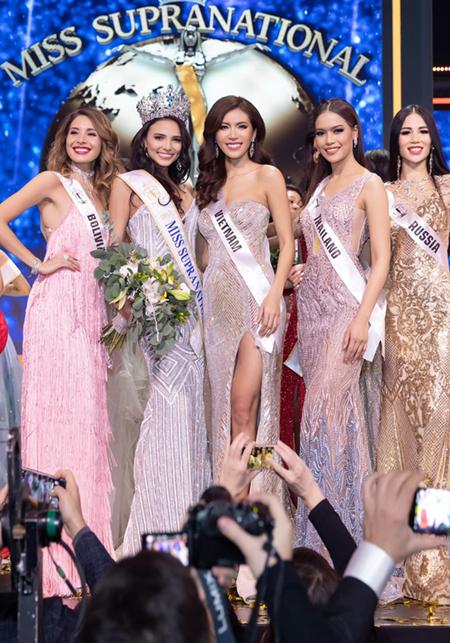 Minh Tú (giữa) chúc mừng chiến thắng của tân Hoa hậu (thứ hai, trái).
