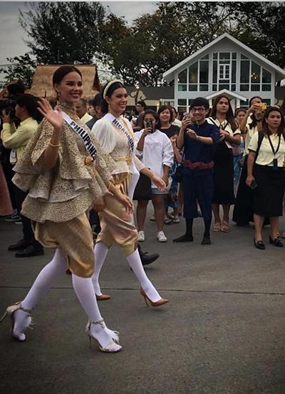 Trang phục truyền thống của Thái luôn đi kèm với tất trắng.