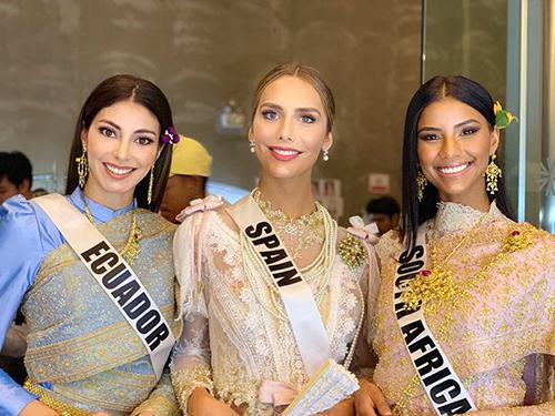 Hoa hậu chuyển giới của Tây Ban Nha Angela Ponce (giữa) đang là một trong số thí sinh gây chú ý ở cuộc thi bởi phong cách, thần thái tốt.