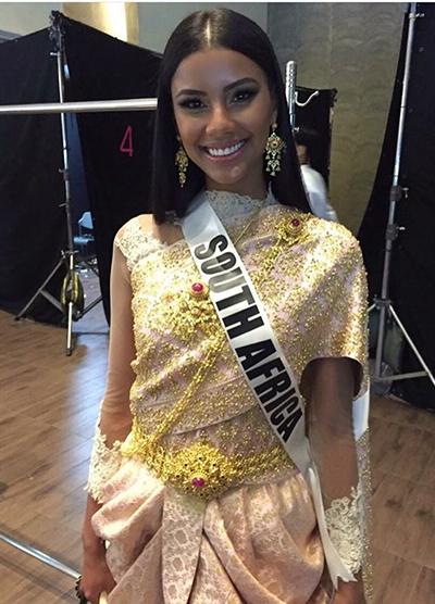 Người đẹp Nam Phi trong trang phục lệch vai.