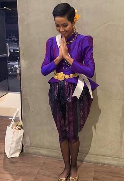 HHen Niê được diện bộ váy áo màu tím violet, trong khi hầu hết thí sinh đều diện màu kem, trắng.