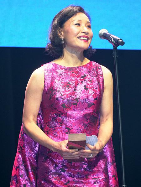 Joan Chen là một trong số ít sao nữ gốc Áthành công ở cả lĩnh vực diễn xuất và đạo diễn. Cô sinh năm 1961, là người Mỹ gốc Hoa.