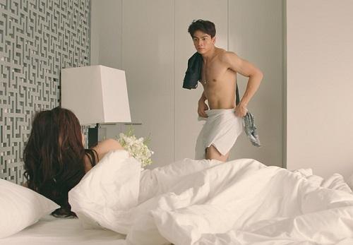 Xuân Tiền và Lan Ngọc có cảnh nóng trong phim nhưng trích đoạn được xử lý khá nhanh bằng lối chuyển cảnh.