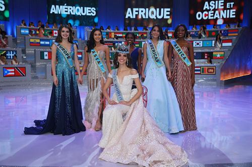 Tân hoa hậu bên các nữ hoàng nhan sắc của từng khu vực.