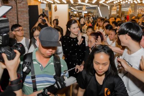 Khán giả xếp hàng chờ mua album giá hai triệu đồng của Đông Nhi.