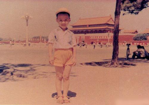 Lê Minh đón sinh nhật 52 tuổi ngày 11/12. Anh sinh ở Bắc Kinh, Trung Quốc, chuyển sang Hong Kong sinh sống năm bốn tuổi. Năm 14 tuổi, cha mẹ anh ly dị. Để tránh con bị ảnh hưởng vì quan hệ không tốt đẹp của bố mẹ, cha của Lê Minh đưa anh sang Anh học.