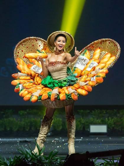 HHen Niê trình diễn bộ váyBánh mỳ.