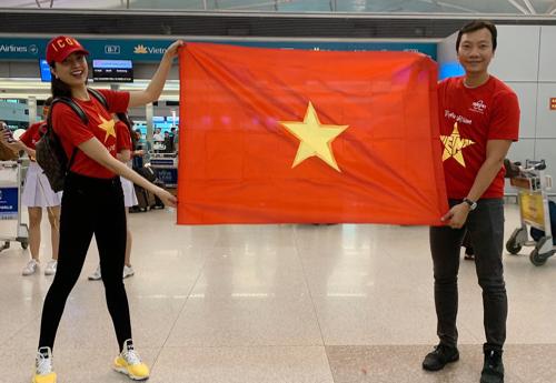 Trước chuyến bay, các hành khách được phát áo thun đỏ sao vàng, cờ vànhững tấm băng rôn cổ động.
